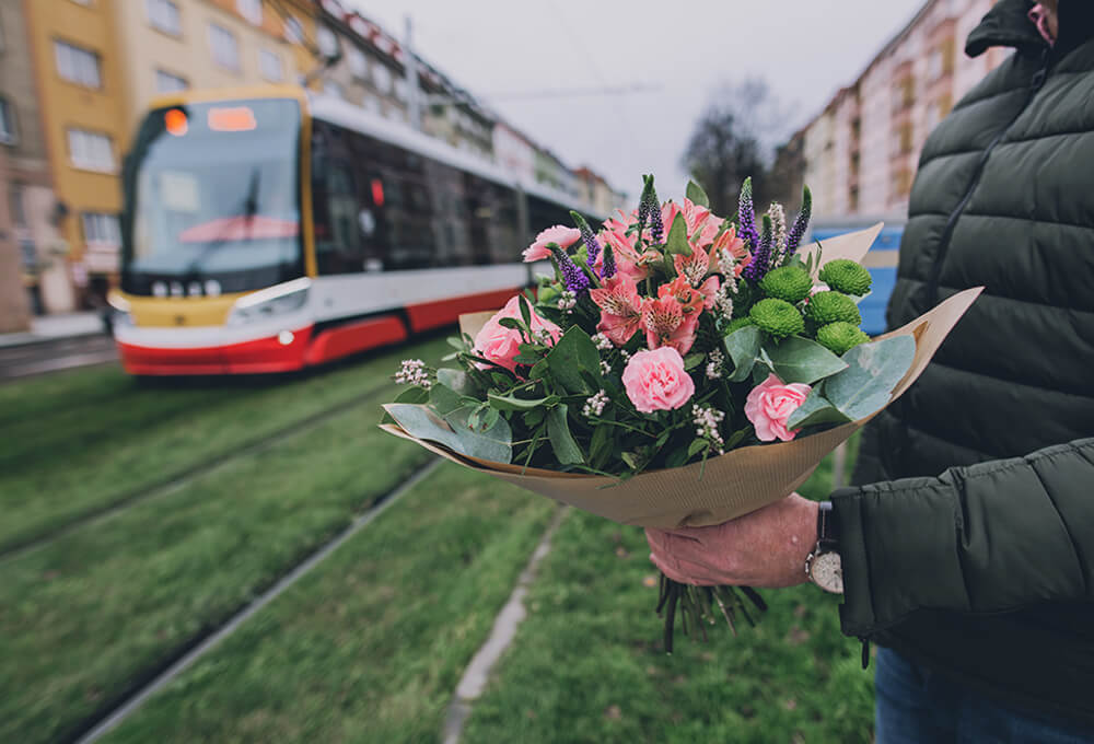 Driver delivers bouquet without revealing the sender's information